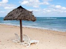 Lounging Stühle an einem Strandurlaubsort Lizenzfreies Stockbild