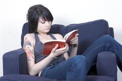 Lounging y lectura Imagen de archivo libre de regalías