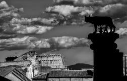 Loup de Capitoline avec le ciel romain Images stock