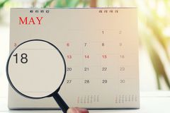 Loupe à disposition sur le calendrier vous pouvez regarder dix-huit jours Photo libre de droits