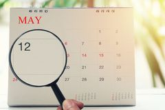 Loupe à disposition sur le calendrier vous pouvez regarder le douzième jour de Image stock
