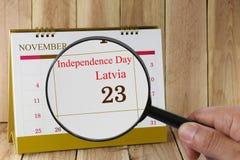 Loupe à disposition sur le calendrier vous pouvez regarder l'indépendance D Images libres de droits