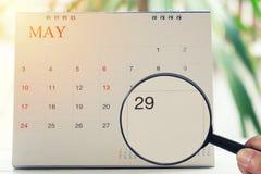 Loupe à disposition sur le calendrier vous pouvez regarder les vingt-neuf DA Photo libre de droits