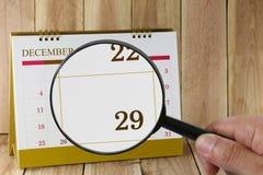 Loupe à disposition sur le calendrier vous pouvez regarder les vingt-neuf DA Image libre de droits