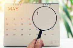 Loupe à disposition sur le calendrier vous pouvez regarder le premier jour de m Images stock