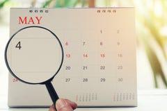 Loupe à disposition sur le calendrier vous pouvez regarder le quatrième jour de Image libre de droits