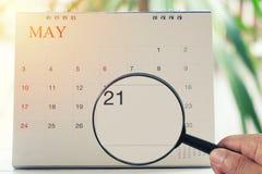 Loupe à disposition sur le calendrier vous pouvez regarder un vingtième Photo libre de droits