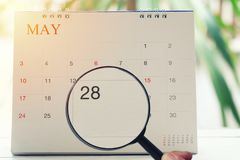 Loupe à disposition sur le calendrier vous pouvez regarder vingt-huit d Images libres de droits