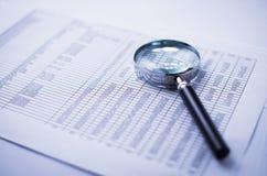 Loupe и финансовый отчет Стоковое фото RF