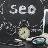 Loupe de concept d'optimisation de moteur de SEO Search, horloge, smartphone sur un fond noir avec une inscription SEO Close  images stock