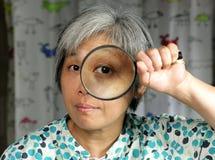 loupe de fixation de femme de middleage photographie stock libre de droits
