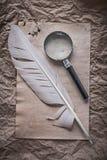 Loupe för tappningarkfjäder på smutsigt skrynkligt papper Royaltyfri Fotografi