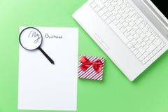 Loupe, papper och gåva med datoren Arkivfoton