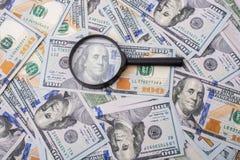 Loupe plus de dollar US les billets de banque Photographie stock libre de droits