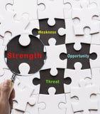 Loupe recherchant le concept absent de BÛCHEUR de FORCE de paix de puzzle image libre de droits