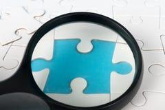 Loupe sur le puzzle Photographie stock libre de droits
