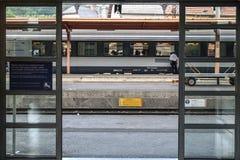 LOURDES, FRANKREICH - 22. AUGUST 2006: Regionaler Zug bereit zur Abfahrt auf der Plattform von Lourdes-Bahnstation, in den Pyrenä Stockfotos