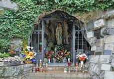 Lourdes grotta med statyn av jungfruliga Mary i Nitra, Slovakien Fotografering för Bildbyråer