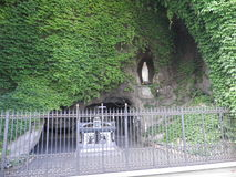Lourdes Grotto en los jardines del Vaticano foto de archivo libre de regalías