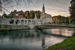 Lourdes Sanctuary después de la puesta del sol Foto de archivo libre de regalías
