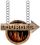 Lourdes - sinal de madeira com velas votivas Foto de Stock