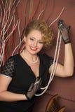 Louro à moda em um vestido preto com uma colar da pérola Fotos de Stock Royalty Free