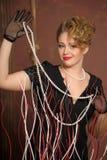 Louro à moda em um vestido preto com uma colar da pérola Imagem de Stock