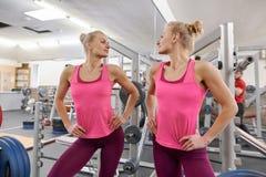 Louro atlético bonito novo da mulher no gym que olha no espelho Conceito saudável do estilo de vida do esporte da aptidão da bele fotos de stock
