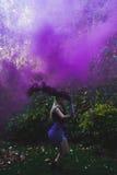 Louro atrás do fumo violeta, fora Fotografia de Stock