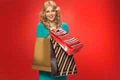 Louro atrativo com pares de sacos de compras Imagens de Stock Royalty Free