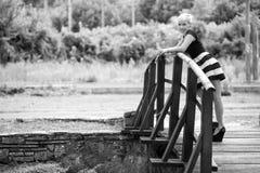Louro atrativo na ponte de madeira foto de stock
