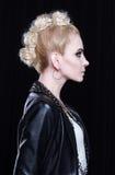 Louro atrativo novo em um casaco de cabedal É rebelde, ela tem um mohawk criativo Imagem de Stock Royalty Free
