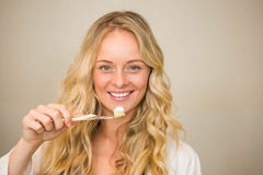 Louro bonito aproximadamente para escovar seus dentes fotos de stock royalty free