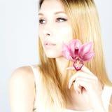 Louro bonito atrativo com uma flor cor-de-rosa Mulher com composição permanente Feche acima do retrato do louro Foto de Stock