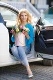 Louro bonito com as flores na caixa de presente imagem de stock royalty free