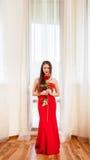 Louro bonito com rosa do vermelho Imagens de Stock Royalty Free
