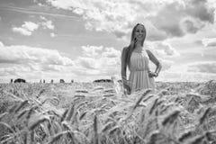 Louro bonito em um campo de trigo Fotos de Stock Royalty Free