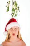 Louro bonito festivo sob o visco fotografia de stock