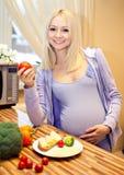 Louro bonito grávido e alimento saudável Imagem de Stock