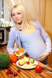Louro bonito grávido e alimento saudável Fotografia de Stock Royalty Free