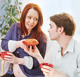 Louro bonito grávido e alimento saudável Imagens de Stock