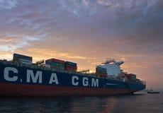 Louro de Nakhodka Mar do leste (de Japão) - 5 de agosto de 2015: La Traviata da CGM de CMA do navio de recipiente que está nas es Imagem de Stock