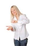 Louro de sorriso novo em uma camisa branca foto de stock royalty free