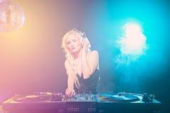 louro DJ que joga a música no clube fotos de stock