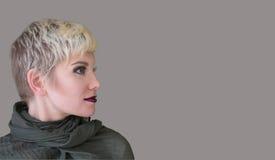 Louro do retrato do perfil do ` s da mulher Forme o penteado, corte de cabelo, composição em máscaras cinzentas Foto de Stock