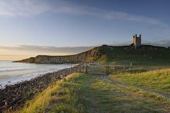 Louro e castelo do embleton do nascer do sol imagens de stock royalty free