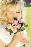 Louro elegante, atrativo bonito novo da menina com cabelo longo em um dia ensolarado c olhos azuis de uma composição em um vestid Imagem de Stock