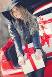 Louro elegante perto do carro com caixas de presente Fotos de Stock Royalty Free