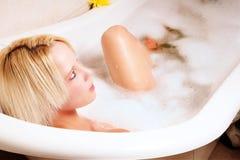 Louro em um banho da espuma Fotos de Stock Royalty Free