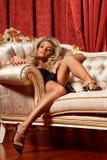 Louro em um sofá Foto de Stock Royalty Free